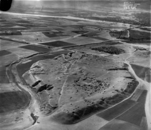 Luchtfoto van de heuvel Kuyunjik van Nineveh  Foto The Royal Air Force 1 november 1933